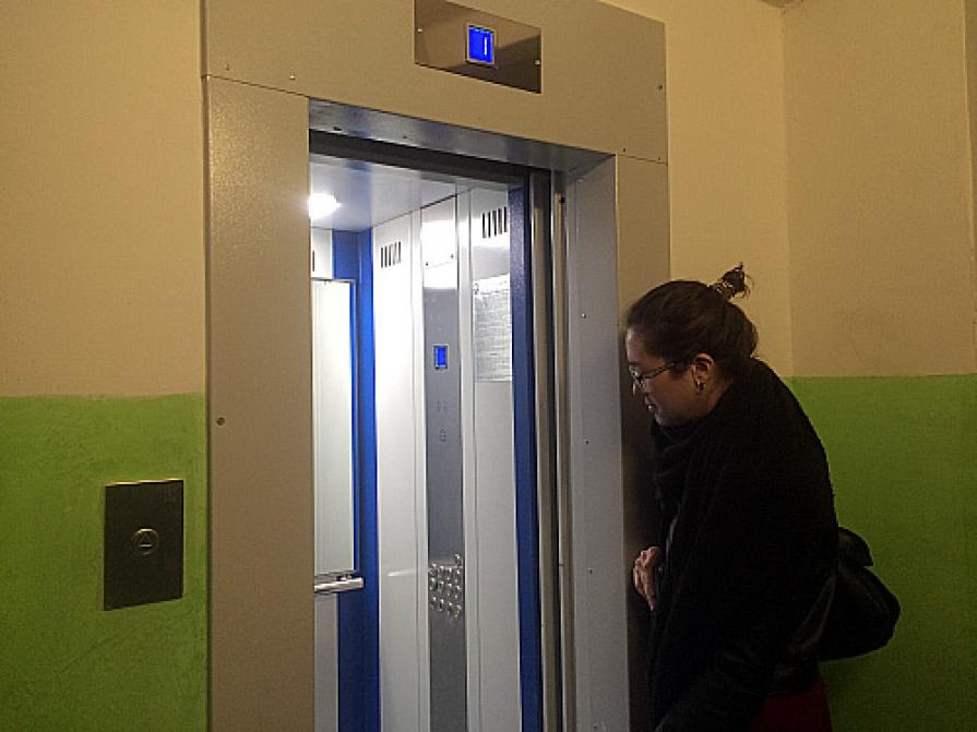 картинки в подъездах и лифтах также